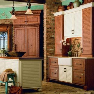 ポートランドのトラディショナルスタイルのおしゃれなキッチン (エプロンフロントシンク、ルーバー扉のキャビネット、中間色木目調キャビネット、木材カウンター、マルチカラーのキッチンパネル) の写真