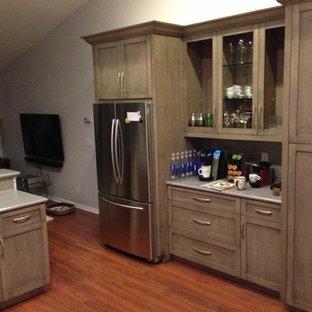 Mittelgroße Klassische Wohnküche in U-Form mit Unterbauwaschbecken, Schrankfronten mit vertiefter Füllung, braunen Schränken, Quarzwerkstein-Arbeitsplatte, Küchenrückwand in Grau, bunten Elektrogeräten, Travertin und Kücheninsel in Miami