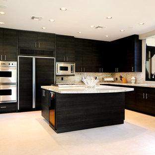 他の地域の巨大なモダンスタイルのおしゃれなキッチン (アンダーカウンターシンク、フラットパネル扉のキャビネット、黒いキャビネット、人工大理石カウンター、マルチカラーのキッチンパネル、石スラブのキッチンパネル、シルバーの調理設備の、セラミックタイルの床) の写真