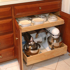 Traditional Kitchen by Elizabeth Beach Hacking, ShelfGenie Designer