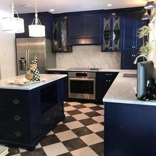 ニューオリンズの中サイズのヴィクトリアン調のおしゃれなキッチン (アンダーカウンターシンク、白いキッチンパネル、石スラブのキッチンパネル、シルバーの調理設備の、マルチカラーの床、白いキッチンカウンター、落し込みパネル扉のキャビネット、青いキャビネット、珪岩カウンター) の写真