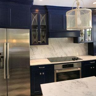 ニューオリンズの中サイズのヴィクトリアン調のおしゃれなキッチン (アンダーカウンターシンク、落し込みパネル扉のキャビネット、青いキャビネット、珪岩カウンター、白いキッチンパネル、石スラブのキッチンパネル、シルバーの調理設備の、マルチカラーの床、白いキッチンカウンター) の写真