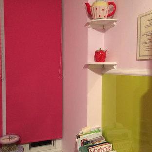 グラスゴーの小さいモダンスタイルのおしゃれなキッチン (シングルシンク、フラットパネル扉のキャビネット、白いキャビネット、ラミネートカウンター、緑のキッチンパネル、ガラス板のキッチンパネル、カラー調理設備、クッションフロア) の写真