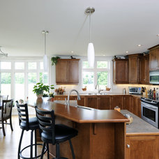 Traditional Kitchen by Cedarstone Homes Limited