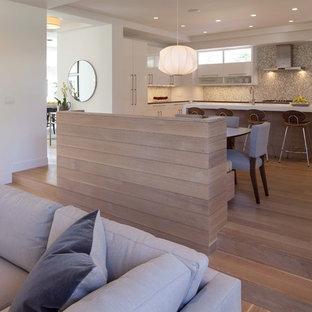 Новый формат декора квартиры: кухня-гостиная в современном стиле с плоскими фасадами, белыми фасадами и фартуком из плитки мозаики