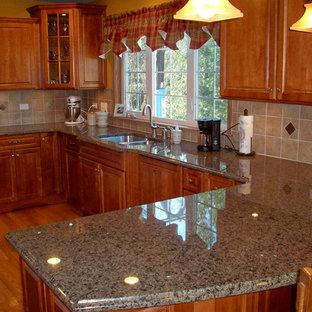 Inspiration för ett avskilt, litet vintage u-kök, med en undermonterad diskho, luckor med upphöjd panel, skåp i mellenmörkt trä, granitbänkskiva, beige stänkskydd, stänkskydd i keramik, vita vitvaror, ljust trägolv och en halv köksö