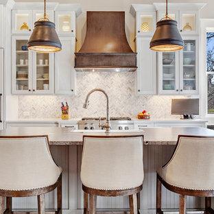 Exempel på ett stort lantligt l-kök, med en rustik diskho, luckor med infälld panel, vita skåp, vitt stänkskydd, stänkskydd i mosaik, rostfria vitvaror, mörkt trägolv, en köksö och brunt golv