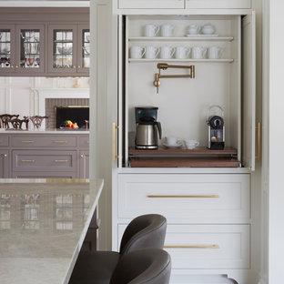 シカゴの広いトランジショナルスタイルのおしゃれなキッチン (アンダーカウンターシンク、落し込みパネル扉のキャビネット、白いキャビネット、大理石カウンター、白いキッチンパネル、セラミックタイルのキッチンパネル、シルバーの調理設備、無垢フローリング、茶色い床、ベージュのキッチンカウンター) の写真