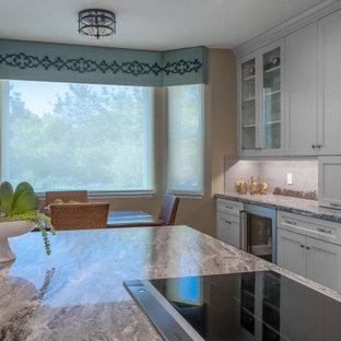 ロサンゼルスの中サイズのトランジショナルスタイルのおしゃれなキッチン (ダブルシンク、シェーカースタイル扉のキャビネット、グレーのキャビネット、珪岩カウンター、グレーのキッチンパネル、磁器タイルのキッチンパネル、シルバーの調理設備の、濃色無垢フローリング、茶色い床、緑のキッチンカウンター) の写真