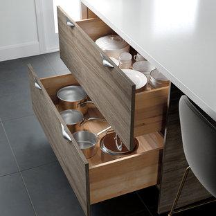 Ispirazione per una cucina moderna con ante in stile shaker, paraspruzzi bianco, pavimento nero e top bianco