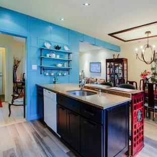 Aménagement d'une cuisine américaine asiatique avec un évier encastré, un placard à porte shaker, des portes de placard en bois sombre, une crédence beige, une crédence en carreau de porcelaine, un électroménager blanc, un sol en carrelage de porcelaine, un îlot central et un plan de travail en quartz.
