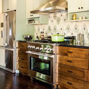 サンフランシスコの小さいエクレクティックスタイルのおしゃれなダイニングキッチン (シェーカースタイル扉のキャビネット、中間色木目調キャビネット、御影石カウンター、マルチカラーのキッチンパネル、モザイクタイルのキッチンパネル、シルバーの調理設備、濃色無垢フローリング) の写真
