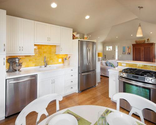 cuisine avec une cr dence jaune et des portes de placard turquoises photos et id es d co de. Black Bedroom Furniture Sets. Home Design Ideas