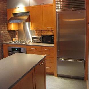 ニューヨークの中サイズのコンテンポラリースタイルのおしゃれなキッチン (アンダーカウンターシンク、シェーカースタイル扉のキャビネット、中間色木目調キャビネット、クオーツストーンカウンター、赤いキッチンパネル、シルバーの調理設備の、リノリウムの床、レンガのキッチンパネル、グレーの床、グレーのキッチンカウンター) の写真