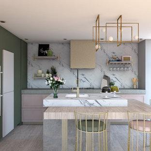 Cette photo montre une cuisine tendance de taille moyenne avec un évier 1 bac, un placard à porte shaker, des portes de placard rose, une crédence blanche, une crédence en marbre, un électroménager encastrable, sol en stratifié, un îlot central, un sol beige et un plan de travail gris.