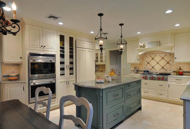 Рустика Кухня by Kitchen Designs by Ken Kelly, Inc. (CKD, CBD, CR)