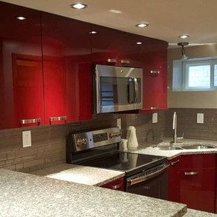 ワシントンD.C.の広いおしゃれなII型キッチン (フラットパネル扉のキャビネット、茶色い床、赤いキャビネット) の写真