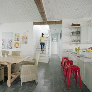 Idéer för ett stort maritimt kök och matrum, med skåp i shakerstil, grå skåp, marmorbänkskiva, grått golv, skiffergolv och en köksö