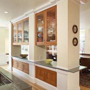 Esempio di una cucina classica con ante di vetro e ante in legno scuro