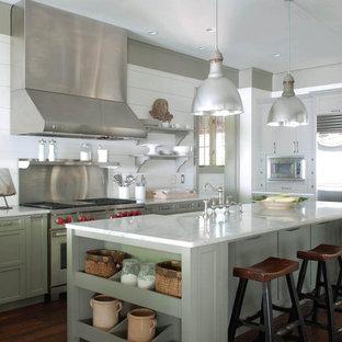 Esempio di una cucina classica con elettrodomestici in acciaio inossidabile, lavello stile country, ante con riquadro incassato, top in marmo e ante verdi