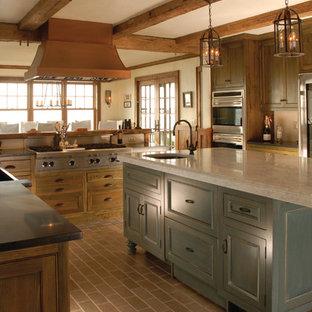 Exempel på ett avskilt, mellanstort klassiskt l-kök, med en undermonterad diskho, skåp i shakerstil, skåp i mörkt trä, marmorbänkskiva, stänkskydd med metallisk yta, stänkskydd i metallkakel, rostfria vitvaror, tegelgolv, en köksö och grått golv