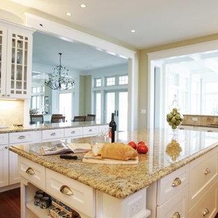 Esempio di una cucina chic con ante di vetro, top in granito e ante bianche