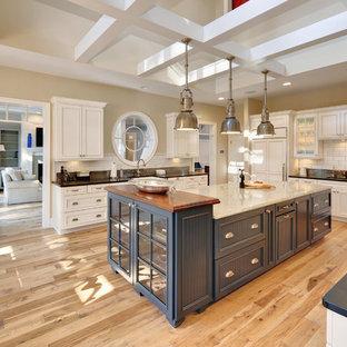 Diseño de cocina costera con armarios con paneles empotrados y salpicadero de azulejos tipo metro