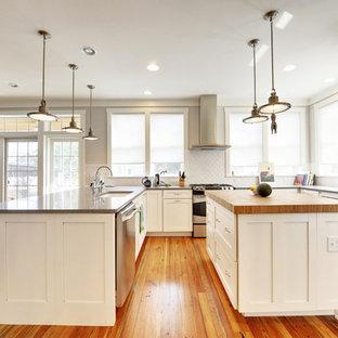 Ejemplo de cocina actual con electrodomésticos de acero inoxidable y encimera de madera