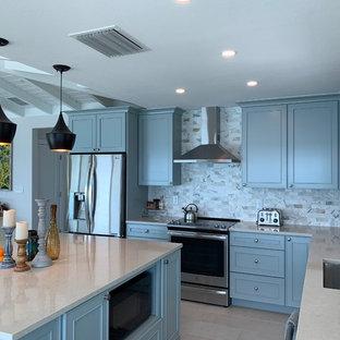 マイアミの中サイズのモダンスタイルのおしゃれなキッチン (アンダーカウンターシンク、落し込みパネル扉のキャビネット、青いキャビネット、クオーツストーンカウンター、グレーのキッチンパネル、大理石の床、シルバーの調理設備の、磁器タイルの床、ベージュの床、白いキッチンカウンター) の写真