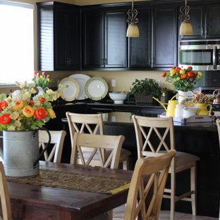 Mittelgroße Mediterrane Wohnküche in L-Form mit dunklen Holzschränken, Granit-Arbeitsplatte, Küchenrückwand in Gelb, Küchengeräten aus Edelstahl, Porzellan-Bodenfliesen, Kücheninsel und schwarzer Arbeitsplatte in Sacramento
