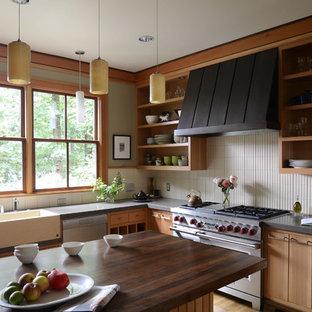 ポートランドのコンテンポラリースタイルのおしゃれなキッチン (シルバーの調理設備、シングルシンク、クオーツストーンカウンター、オープンシェルフ、中間色木目調キャビネット) の写真