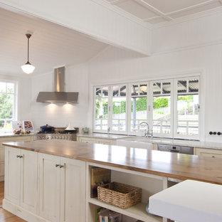 Ispirazione per una cucina classica con top in legno