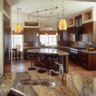 Exempel på ett mellanstort klassiskt kök, med granitbänkskiva, en undermonterad diskho, skåp i mörkt trä, integrerade vitvaror, släta luckor, flerfärgad stänkskydd, stänkskydd i sten, klinkergolv i terrakotta och beiget golv