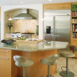Esempio di una cucina contemporanea con elettrodomestici in acciaio inossidabile, lavello sottopiano, ante lisce, ante in legno chiaro, paraspruzzi beige e paraspruzzi con piastrelle in ceramica