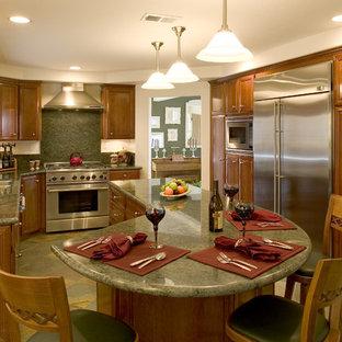 Idées déco pour une cuisine classique fermée avec un électroménager en acier inoxydable, un évier encastré, un placard avec porte à panneau surélevé, des portes de placard en bois brun, un plan de travail en granite, une crédence verte, une crédence en dalle de pierre, un sol en carreau de terre cuite, un îlot central, un sol multicolore et un plan de travail vert.