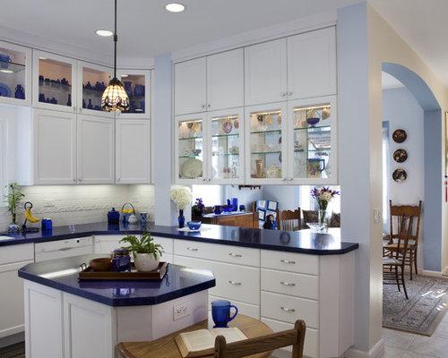 Cucina con ante di vetro e pavimento con piastrelle in ceramica