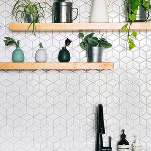 Удачное сочетание для дизайна помещения: маленькая параллельная кухня в современном стиле с обеденным столом, врезной раковиной, плоскими фасадами, черными фасадами, столешницей из кварцита, белым фартуком, фартуком из керамической плитки, техникой из нержавеющей стали, бетонным полом, островом, серым полом и черной столешницей - самое интересное для вас