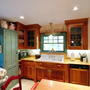 マンチェスターの大きいトラディショナルスタイルのおしゃれなキッチン (エプロンフロントシンク、シェーカースタイル扉のキャビネット、緑のキャビネット、木材カウンター、シルバーの調理設備の) の写真