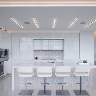 ニューヨークのコンテンポラリースタイルのおしゃれなキッチン (フラットパネル扉のキャビネット、白いキャビネット、クオーツストーンカウンター、大理石のキッチンパネル、テラゾーの床、白い床、白いキッチンカウンター) の写真