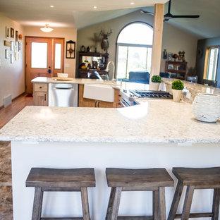 Immagine di una grande cucina stile rurale con lavello sottopiano, ante con riquadro incassato, ante viola, paraspruzzi beige, elettrodomestici in acciaio inossidabile, pavimento in vinile, isola e top in granito