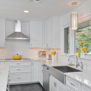 Foto på ett mellanstort vintage kök, med en rustik diskho, skåp i shakerstil, vita skåp, marmorbänkskiva, vitt stänkskydd, stänkskydd i tunnelbanekakel, rostfria vitvaror, skiffergolv och en köksö