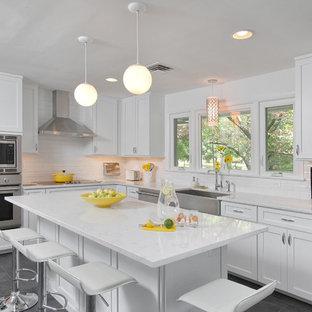 Удачное сочетание для дизайна помещения: угловая кухня-гостиная среднего размера в стиле современная классика с раковиной в стиле кантри, фасадами в стиле шейкер, белыми фасадами, белым фартуком, фартуком из плитки кабанчик, техникой из нержавеющей стали, островом, мраморной столешницей и полом из сланца - самое интересное для вас