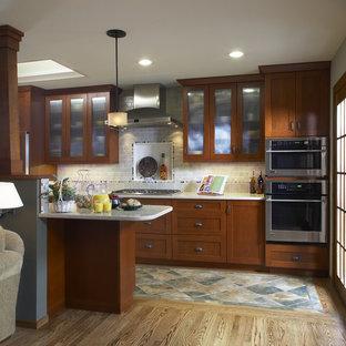 Cette image montre une cuisine traditionnelle avec un électroménager en acier inoxydable, un placard à porte shaker, des portes de placard en bois sombre, une crédence grise, une crédence en carrelage métro et un sol multicolore.