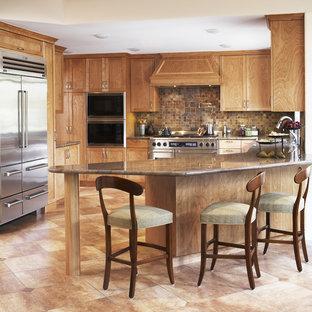 Immagine di una cucina ad U mediterranea con elettrodomestici in acciaio inossidabile, ante in stile shaker, ante in legno scuro, paraspruzzi marrone e paraspruzzi in ardesia