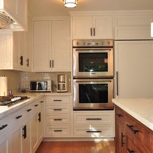 Idee per una cucina minimal con elettrodomestici da incasso, ante con riquadro incassato, ante bianche, top in marmo, paraspruzzi bianco e paraspruzzi con piastrelle diamantate