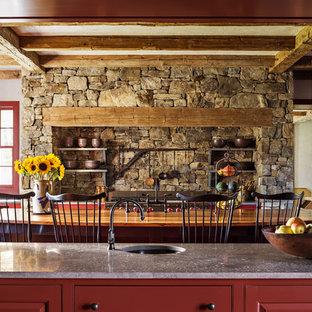 Réalisation d'une très grand cuisine champêtre avec un évier encastré, un placard à porte shaker, des portes de placard rouges, un électroménager en acier inoxydable et un îlot central.