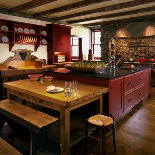 Geräumige Country Küche mit Schrankfronten im Shaker-Stil, roten Schränken, Granit-Arbeitsplatte, Küchenrückwand in Rot, Küchengeräten aus Edelstahl, braunem Holzboden und Kücheninsel in New York