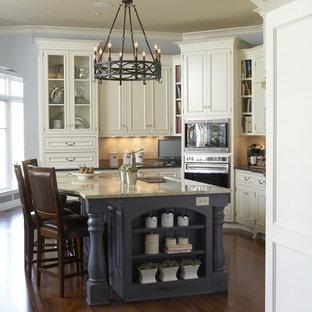Esempio di una cucina chic con ante con riquadro incassato, ante bianche e paraspruzzi beige