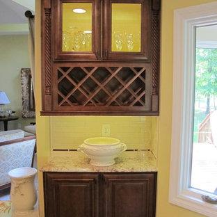 他の地域のヴィクトリアン調のおしゃれなキッチン (ダブルシンク、落し込みパネル扉のキャビネット、濃色木目調キャビネット、大理石カウンター、白いキッチンパネル、シルバーの調理設備の、無垢フローリング) の写真