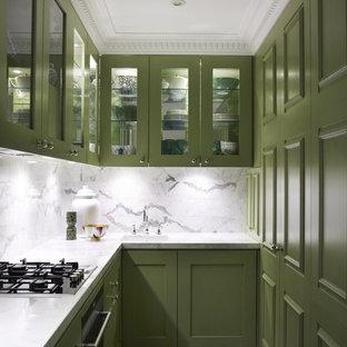 Idee per una cucina ad U contemporanea chiusa con ante di vetro, ante verdi, paraspruzzi bianco, pavimento multicolore e paraspruzzi in marmo